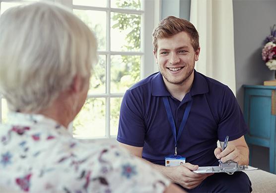 Beratung einer Klientin durch einen jungen Mann.
