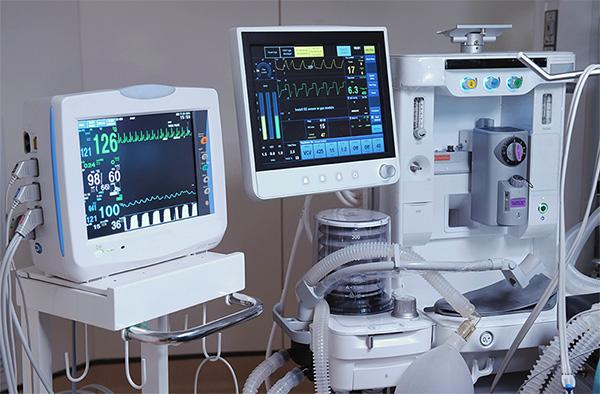 Medizinische Geräte in einem Behandlungsraum.