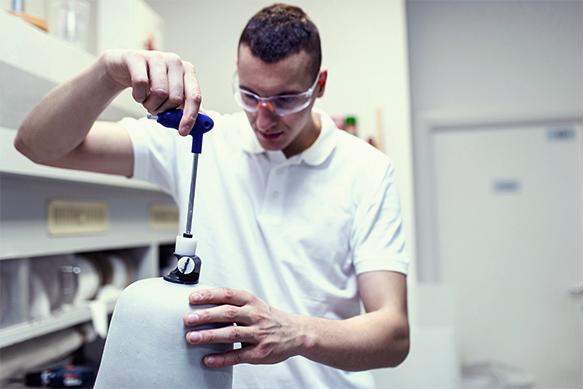 In der Werkstatt wird eine Prothese von einem jungen Mann angefertigt.